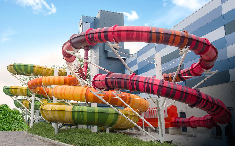 Zwembad met grote glijbanen