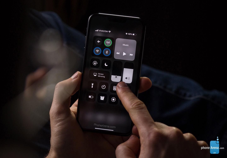 iPhone 11 Apple iOS 13 Dark Mode