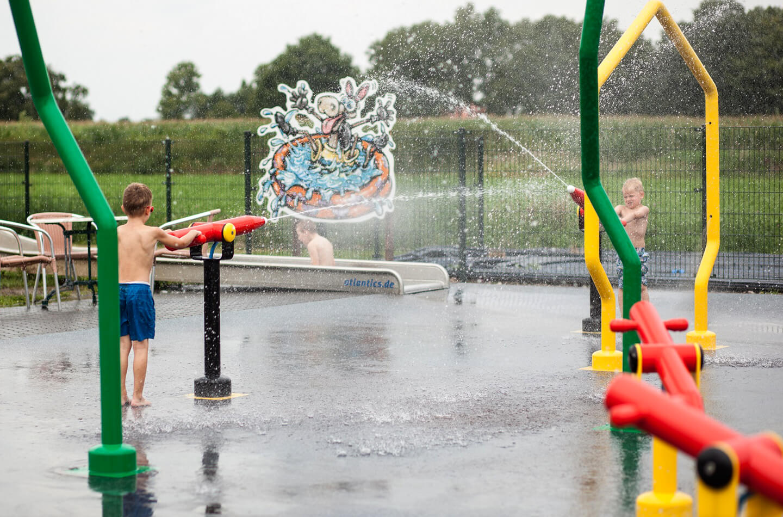 Kinderen spelen met water