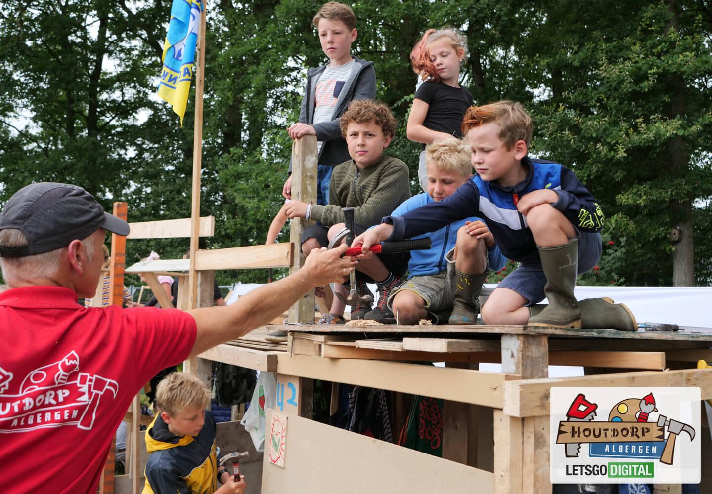 Kinderen timmeren houtdorp